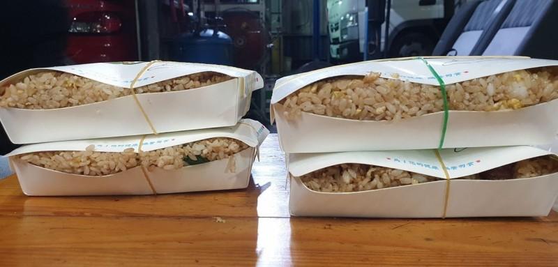 原PO貼出4盒滿到炸出的香腸炒飯。(圖擷自爆廢公社二館)