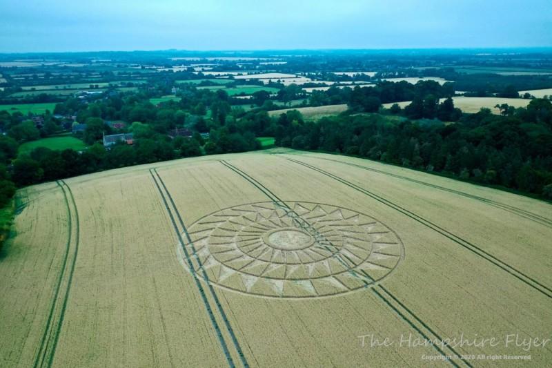 英國牛津本月9日出現麥田圈。(Crop Circles UK提供)