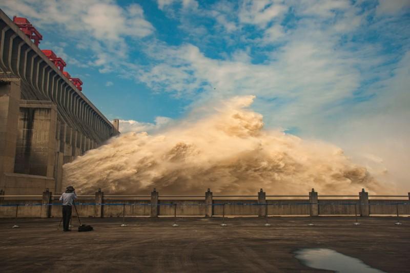 三峽大壩上月讓3波洪水通過,造成下游嚴重災情。(法新社)
