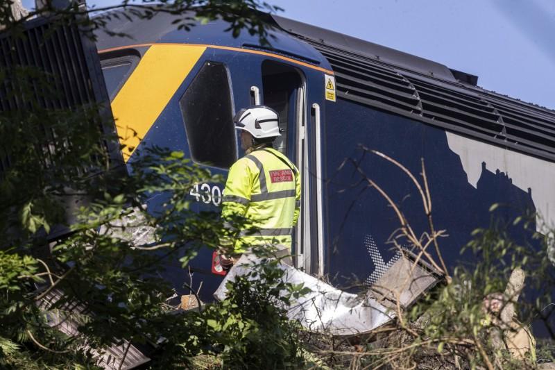 出軌的火車由前後2節機關車和4節車廂組成,據報,火車頭和3節車箱脫離了軌道。(美聯社)