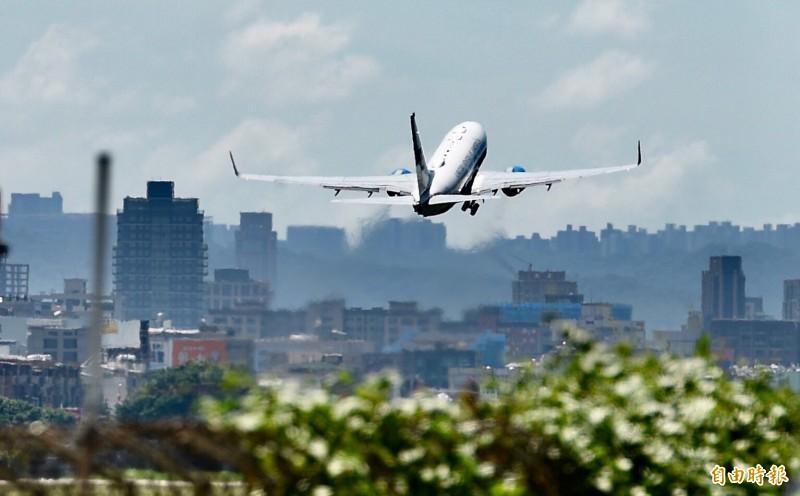 阿札爾今天下午結束訪台之旅,搭專機從松山機場離台;AIT認為,這次訪台是台美關係重要里程碑。(記者羅沛德攝)