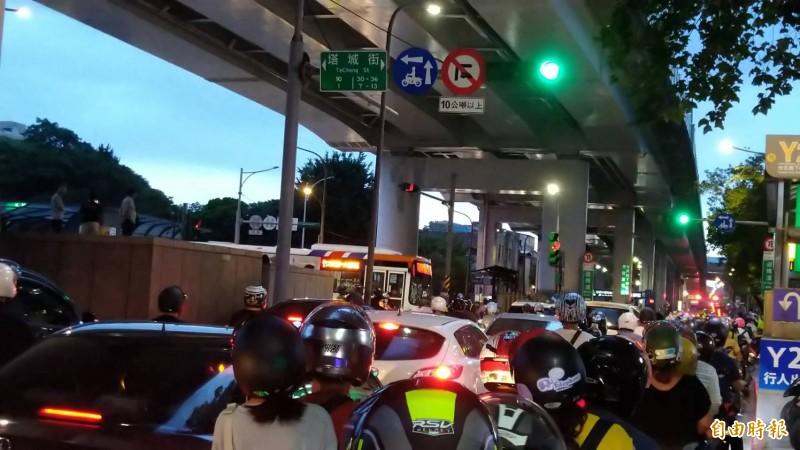 台北市鄭州路及塔城街口改為機車兩段式左轉,引發大量機車族不滿。(資料照)