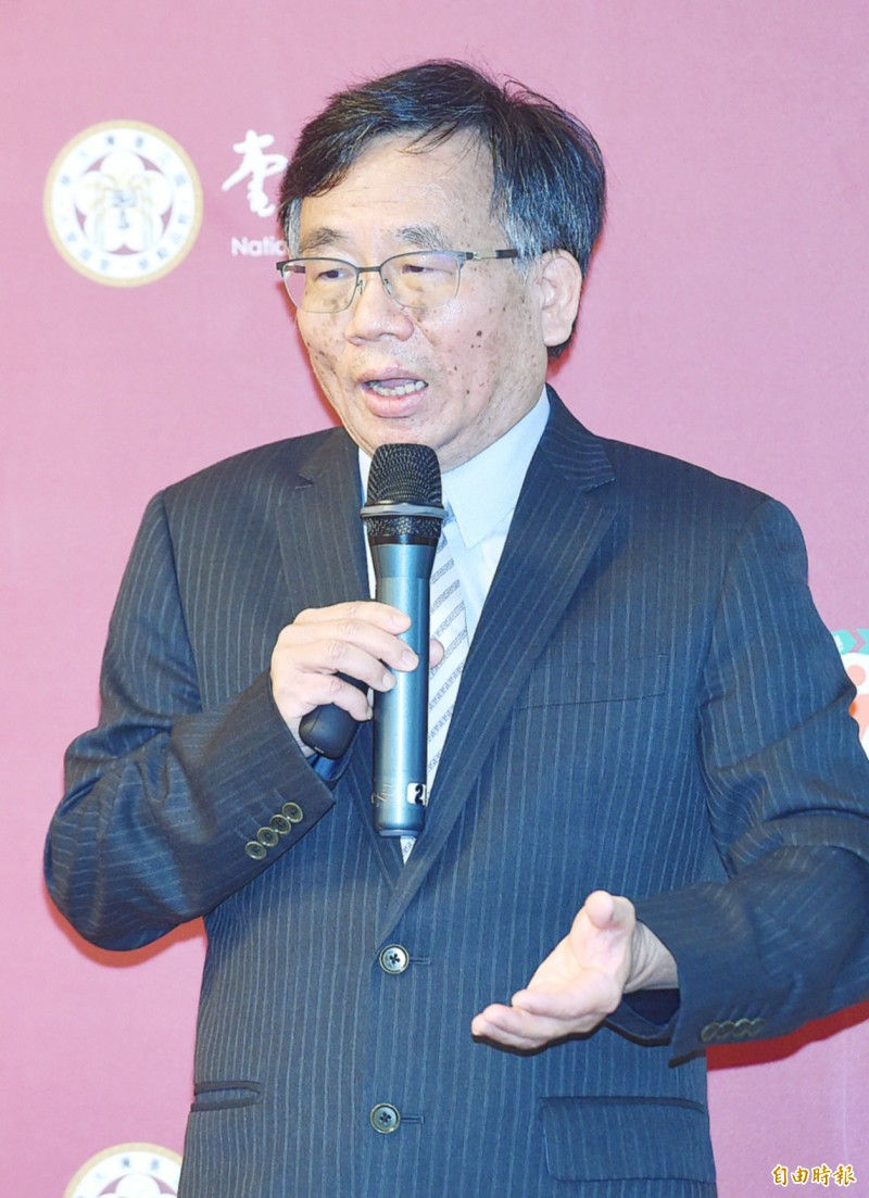 National Taiwan University College of Public Health vice dean Tony Chen presents his policy proposals yesterday in Taipei.  Photo: Liao Chen-huei, Taipei Times