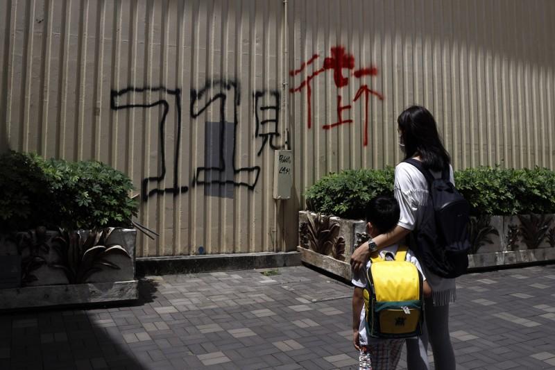 香港人林女士和她的兒子(見圖)7月3日站在香港街頭。(美聯社)