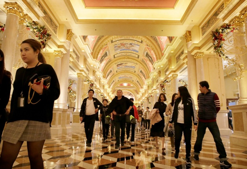 全球最大賭博中心澳門受到武漢肺炎(新型冠狀病毒病,COVID-19)疫情打擊,賭場收入損失慘重,不過,澳門從今天(12日)開始已開放中國國內旅遊簽證。澳門賭場示意圖。(路透)