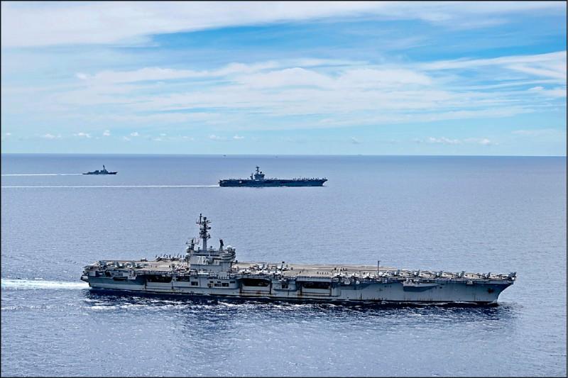 美國海軍「雷根號」(前)、「尼米茲號」(後)航空母艦打擊群七月初在南海舉行聯合演習。(美聯社檔案照)