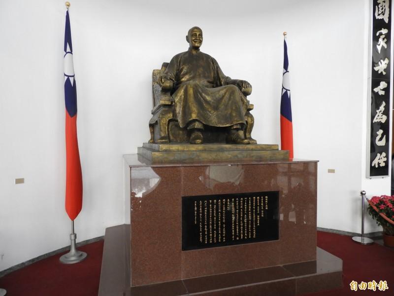 促轉會表示,中央警察大學、台灣警察專科學校的中正堂將更名,警專校內兩尊大型蔣介石銅像,預定於校園中程發展計畫一併處置。圖為警專校內蔣介石銅像。(記者陳鈺馥攝)