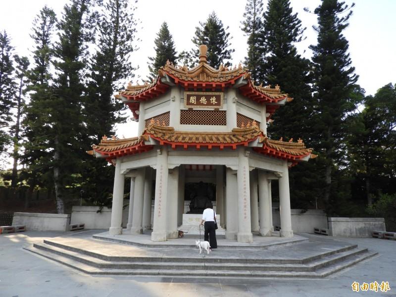 交通部高公局泰安服務區的原中正公園,有一廟宇式涼亭建築,設有蔣介石銅像。(記者陳鈺馥攝)
