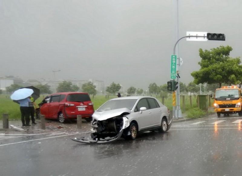 前台中市議員陳清景12日下午發生車禍,銀色座車車頭幾乎全毀。(民眾提供)