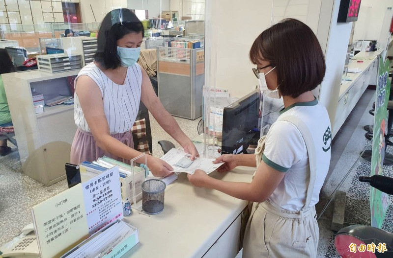 台南市唯一受理「健保卡換(補)發業務」的佳里區公所辦卡量翻倍,可受理民眾臨櫃現場辦卡、領卡。(記者楊金城攝)