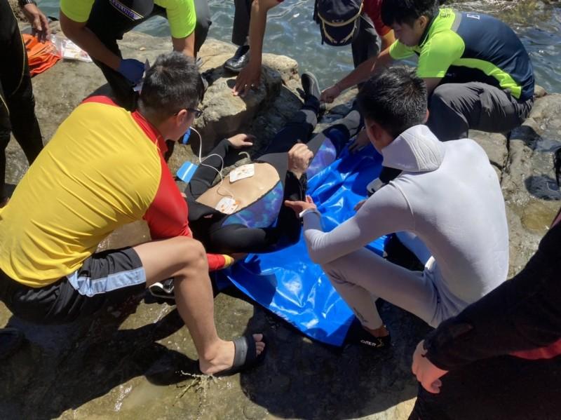 救護人員利用AED評估溺水者狀況。(記者吳昇儒翻攝)