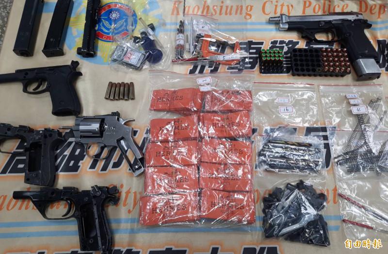 高雄市長補選前夕警方全力查緝黑槍斬獲,逮3人起3把改造槍和模擬槍。(記者黃良傑攝)
