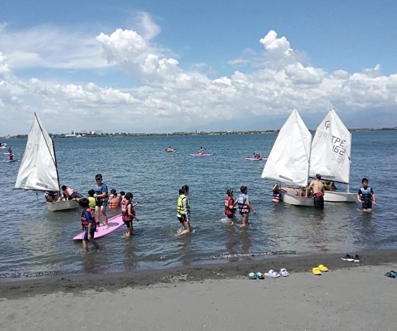 不到百人的汕尾國小承辦海洋運動體驗,努力被看見。(記者洪臣宏翻攝)