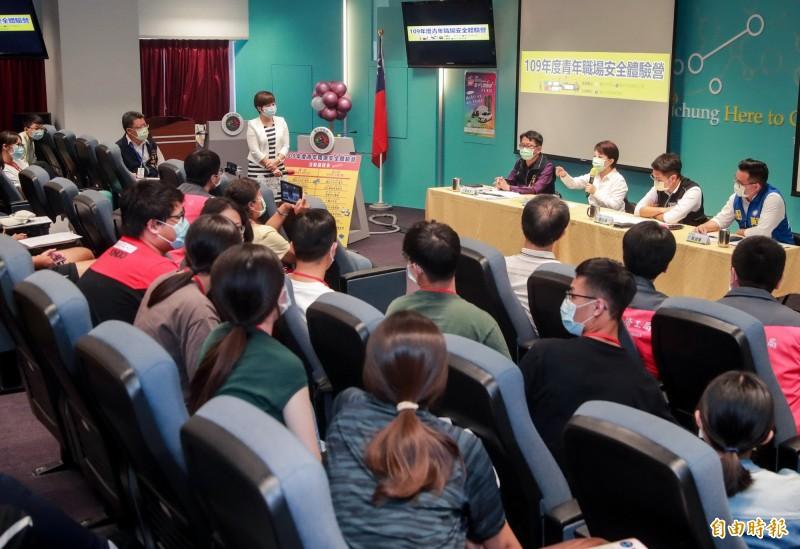 台中市長盧秀燕(右排後2)出席青年職場安全體驗營,與學員交流。(記者張菁雅攝)