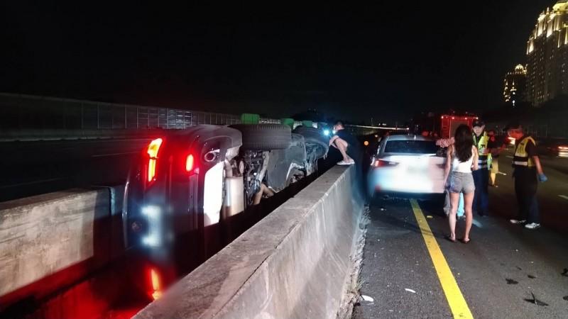 國道3號北上路段晚間發生自小客與休旅車追撞事故,一輛自小客翻落中央分隔島中。(民眾提供)
