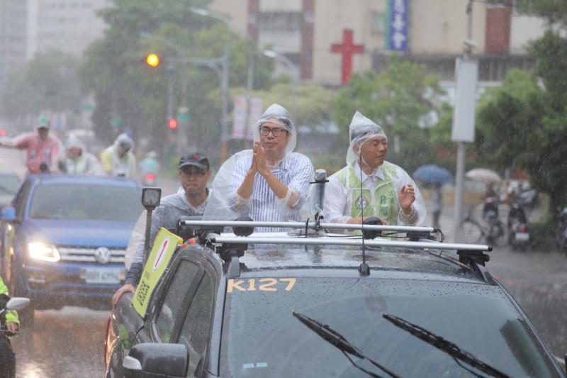 陳其邁(左)今天傍晚冒雨在鳳山區進行車隊掃街,右為立委許智傑。(記者葛祐豪翻攝)