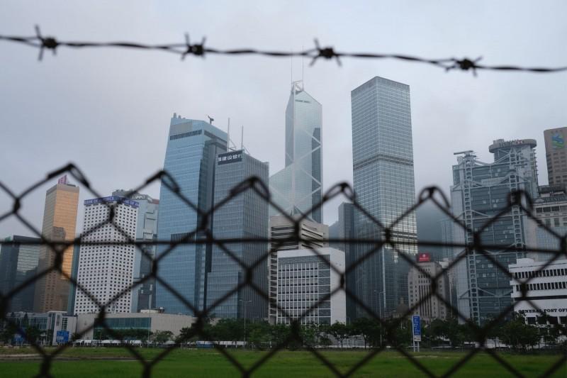 受美國制裁中國、香港措施,以及香港國安法影響,有將近4成的美商表示有意撤離香港。圖為香港天際線。(路透檔案照)