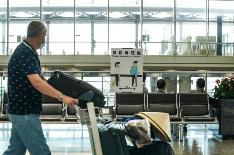 香港機場管理局宣布,從中國機場出發的旅客可經由香港國際機場轉機或過境,港大感染及傳染病中心總監何栢良表示,機管局及港府尚未交代如何處理旅客在登機前14日內曾到過中國染疫地區的問題。(彭博)