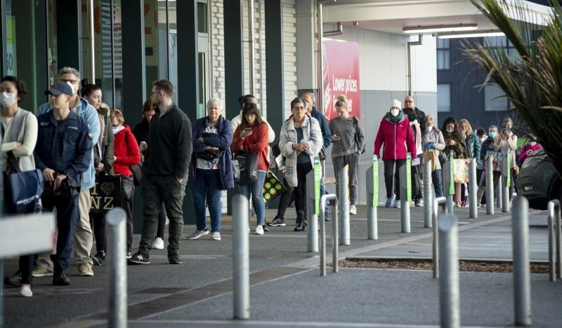 紐西蘭今天通報新增14人確診,其中13人與11日爆發的家庭群聚感染有關,另外1人則是境外移入案例,圖中人物非當時人。(美聯社)