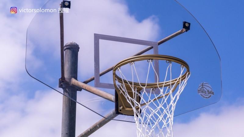 廢棄籃球場不只場地,連球框也被重新打造並加上金框。(圖片由Instagram帳號victorsolomon授權提供使用)