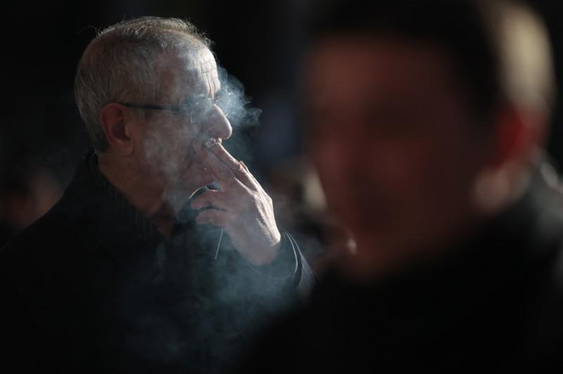 西班牙加利西亞自治區禁止民眾在無法保證能保持社交距離的街道和餐廳露台吸菸。(路透)