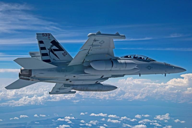 美國海軍日前表示,EA-18G「咆哮者」電戰機首次完成了掛載新一代中頻段電子干擾莢艙(NGJ-MB)的飛行測試,為其性能升級鋪路。(照片取自美國海軍網站)