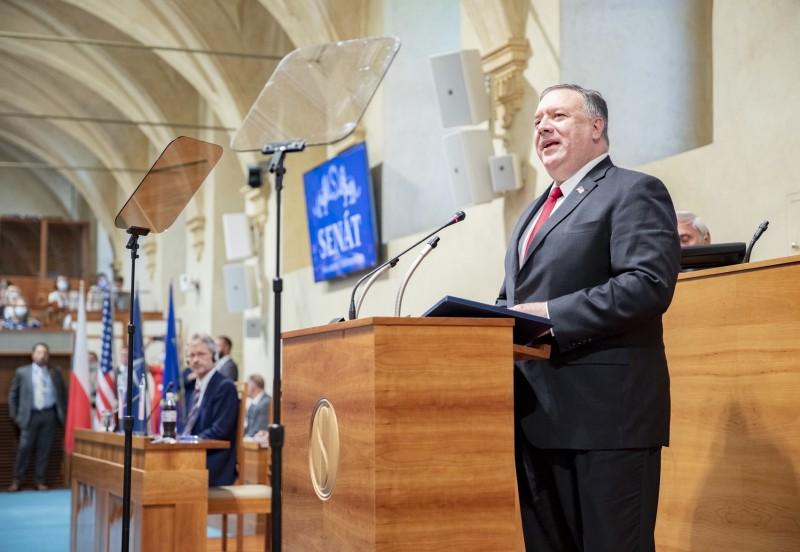 美國國務卿龐皮歐(Mike Pompeo)正出訪捷克,12日在捷克參議院發表演說。(歐新社)