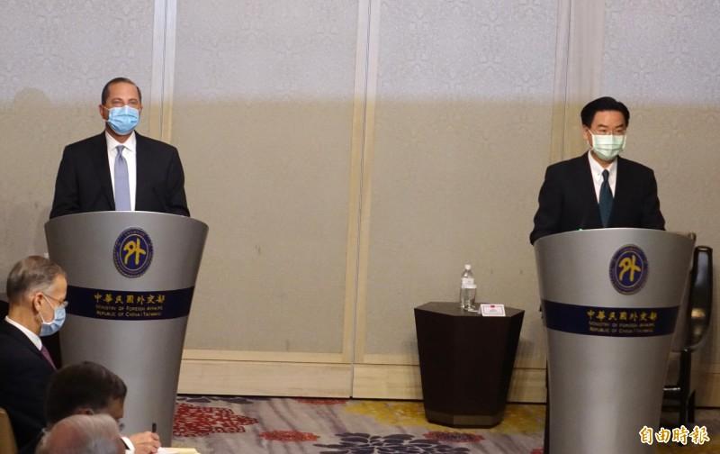 外交部長吳釗燮表示,中國面臨國內危機時,企圖對外尋找「代罪羔羊」,因此急欲強加一國兩制,將台灣變成下一個香港。圖為吳釗燮(右)與美國衛生部長阿札爾(左)。(資料照)