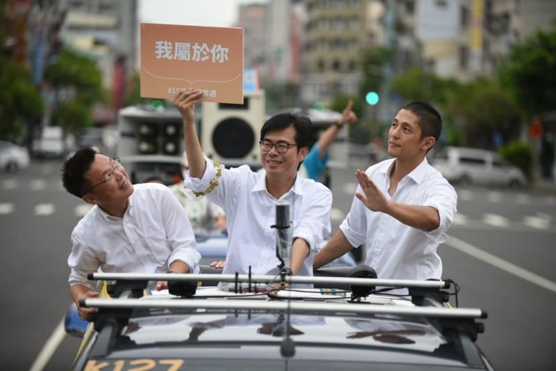 高雄市長補選倒數最後第2天,台灣高鐵公司指出,本週末(14日至16日)訂位狀況,目前已有4個時段旅客訂位較踴躍,預售乘載率達7成。民進黨候選人陳其邁競總總幹事趙天麟也證實該消息。圖為11日陳其邁(中)由趙天麟(左)、吳怡農(右)陪同,進行車隊掃街拜票。(記者葛祐豪翻攝)