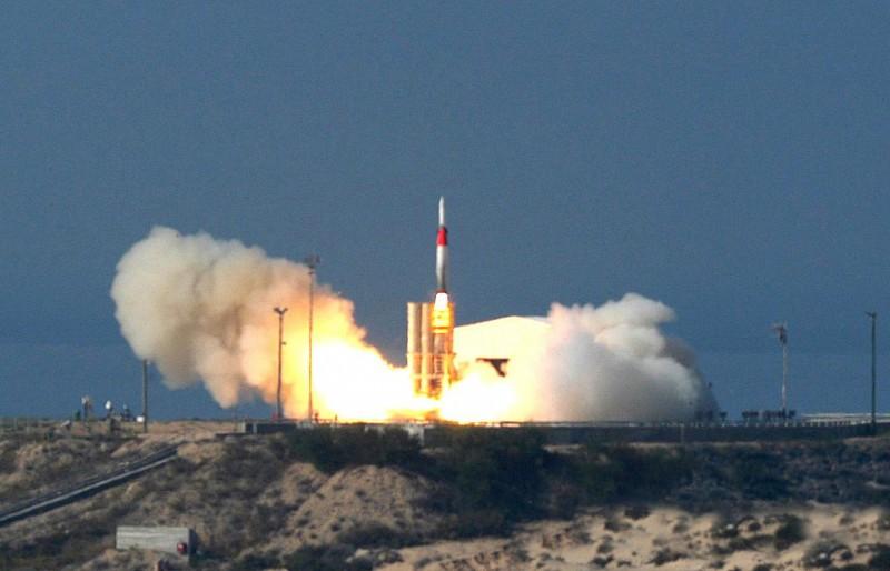 美國和以色列12日測試箭式2型防空飛彈,成功攔截了目標靶彈。照片為2005年箭式飛彈發射畫面。(美聯社)