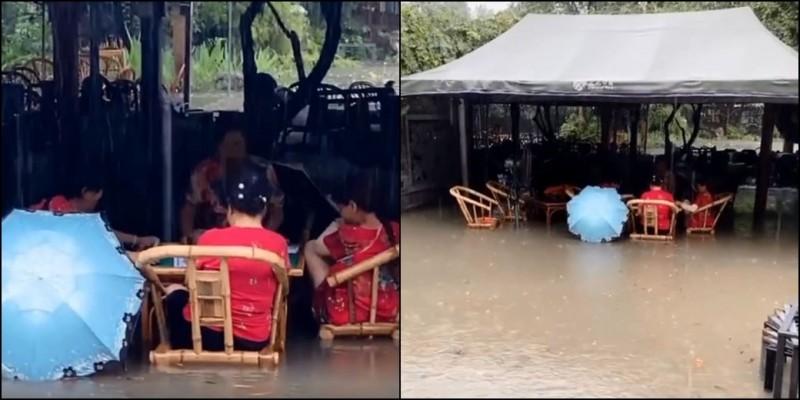 四川一群大媽不管淹水高度,繼續打麻將。(圖取自人民日報微博)