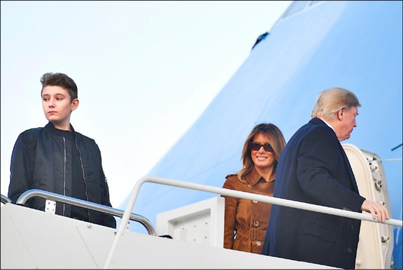 美國總統川普(右)堅持全美學校應於9月份重新開放,但他的幼子巴隆(左)就讀的私校卻說,不會全面開放。圖為川普一家三口去年11月登上空軍一號,前往佛羅里達州過感恩節;圖中為巴隆之母、第一夫人梅蘭妮亞。(法新社檔案照)