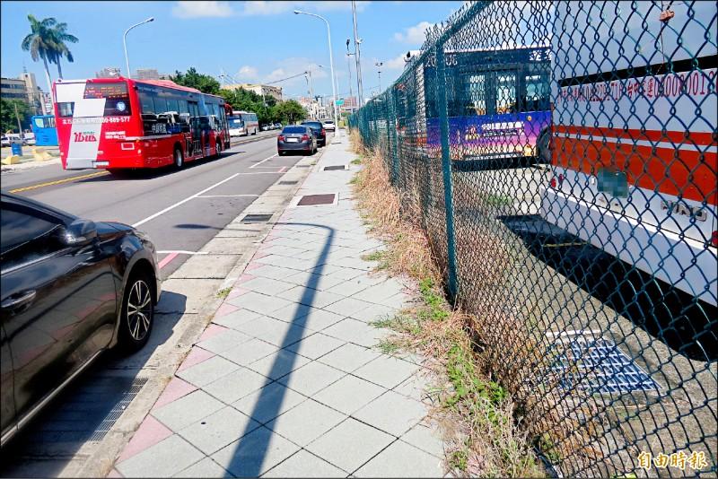 為紓解三鐵共構的乘客,將新建「新烏日公車客運南站」,預計年底完工。圖中人行道為新站預定地。 (記者蘇金鳳攝)