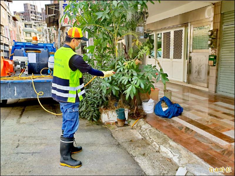 環保局防疫大隊針對全市進行大消毒。(記者謝武雄攝)