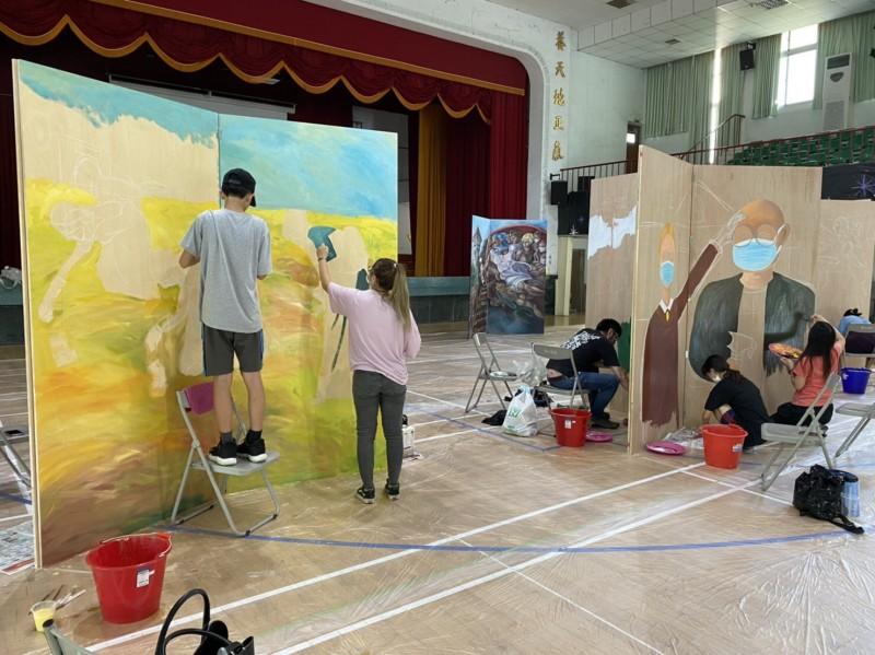 台南市教師會今舉辦3D彩繪課程,由研習教師用心創作3D移動彩繪。(記者萬于甄翻攝)
