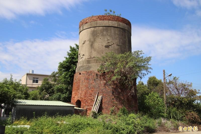 這座日軍水塔的遺跡,就在前農委會主委范振宗宅邸和范家公廳附近。(記者黃美珠攝)