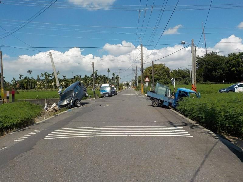 萬丹鄉新鐘路兩車相撞後,一車掉農田,一車撞電桿。(記者葉永騫翻攝)