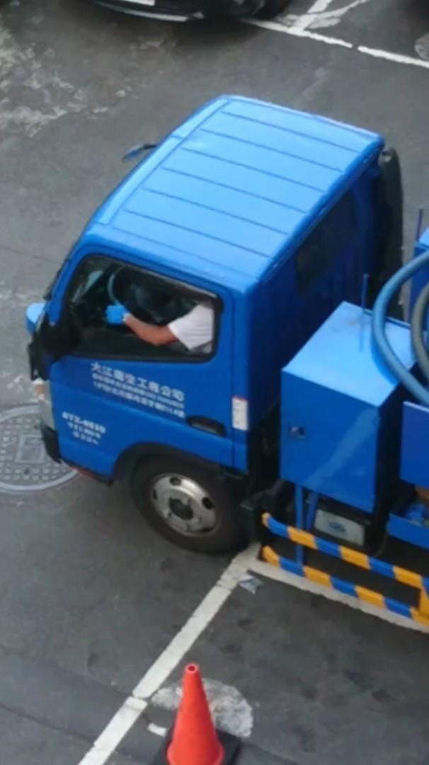 台北市環保局接獲民眾檢舉,查獲一家水肥業者在於北市萬華區國興路一處住宅區違法傾倒水肥,開罰6萬元。(台北市環保局提供)