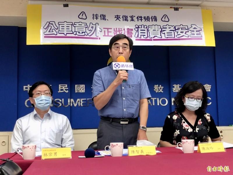 消基會副董事長陳智義指出,長期以來公車業者追求營運績效,卻忽略「人命為大」。(記者羅綺攝)