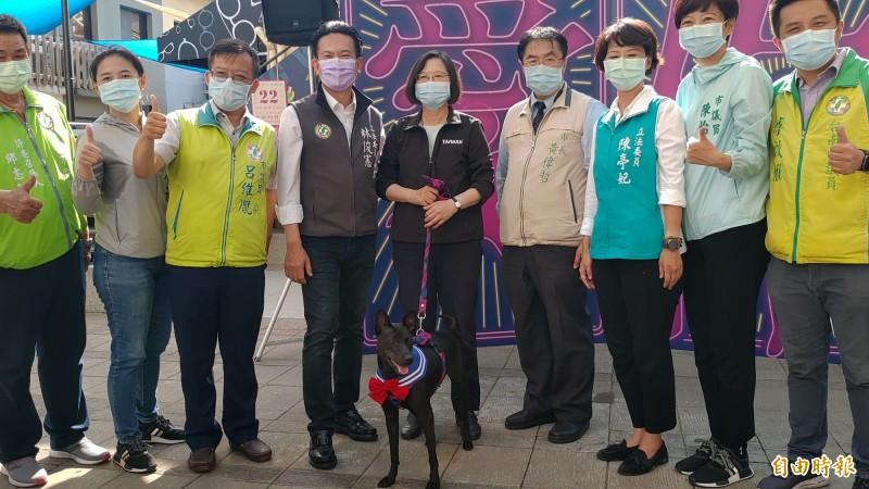 總統蔡英文(中)參訪台南藍晒圖文創園區,市長黃偉哲(右四)也帶著愛犬「黑妞」與總統相見歡。(記者蔡文居攝)