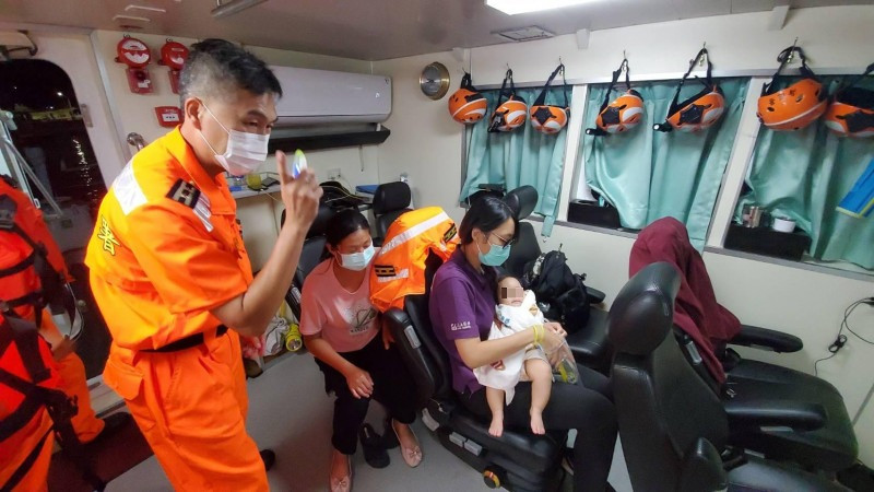 七美一名2歲女幼兒誤吞塑膠製品,緊急由澎湖海巡隊後送馬公就醫。(澎湖海巡隊提供)