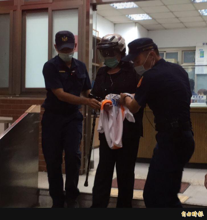鄭惠中被警方移送分局偵辦。(記者劉慶侯攝)
