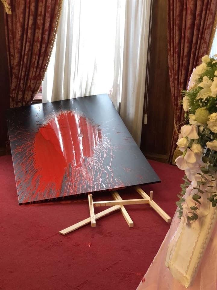 台北賓館追思李登輝前總統的會場,李登輝肖像突遭潑灑紅漆。(圖翻攝自「我是中壢人」臉書紛絲專頁)