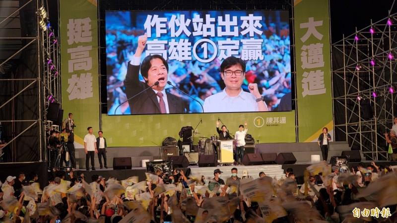 高雄市長補選明天投票,民進黨今晚在鳳山舉行「一起邁大步,高雄一定贏」造勢晚會。(記者張忠義攝)