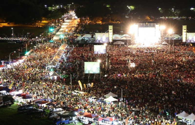 高雄市長補選明天投票,民進黨今晚在鳳山舉行「一起邁大步,高雄一定贏」造勢晚會。(陳其邁競選總部提供)