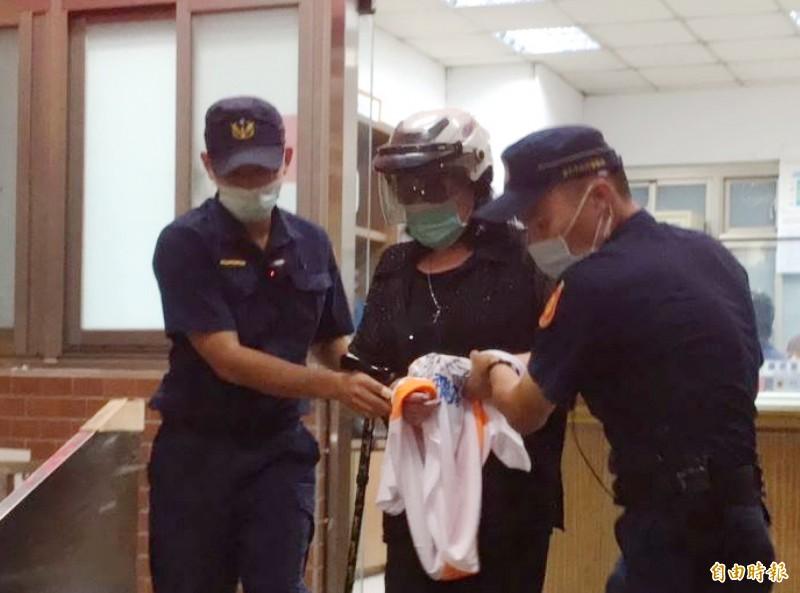 資深藝人鄭惠中在今天在故總統李登輝的追思會上潑紅漆,是她近來第二度鬧事被移送台北地檢署。(記者劉慶侯攝)