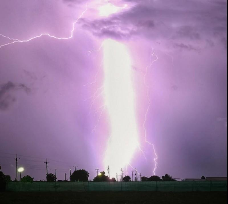 台灣近日午後熱對流旺盛,有些地方有落雷與強降雨發生,就有網友拍到雲林天空出現又粗又長的閃電,對此氣象達人彭啟明表示,週末期間全台對流性雷陣雨發展強度增加,閃電會很旺盛,提醒民眾聽到雷聲務必請入室內。(Marvin Tsai授權提供)