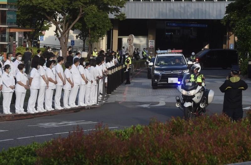前總統李登輝移靈車隊14日早上6時30分由台北榮總出發,醫護人員列隊送行。(記者簡榮豐攝)