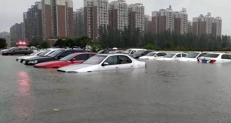 中國四川成都成一片汪洋,市區車輛泡水中。(圖取自微博)