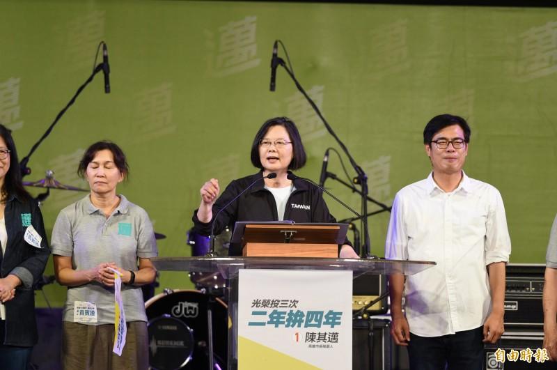 高雄市長補選明天投票,民進黨主席蔡英文為黨候選人陳其邁站台助選。(記者張忠義攝)